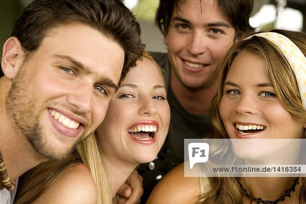 2 junge Paare lächeln für die Kamera
