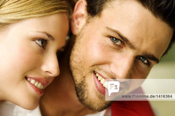 Porträt eines jungen lächelnden Paares