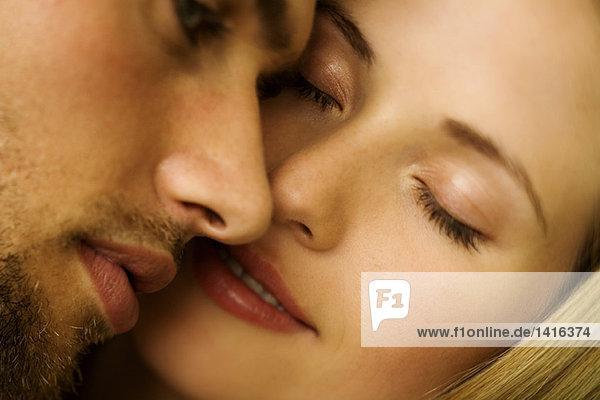 Porträt eines jungen verliebten Paares  Augen geschlossen
