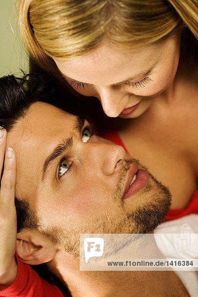 Porträt eines jungen verliebten Paares