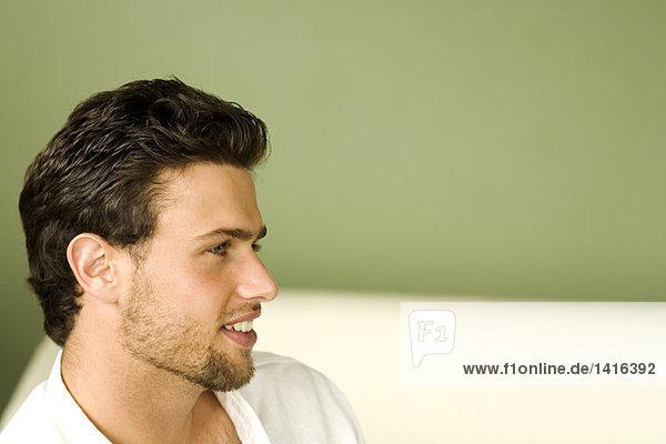 Porträt eines jungen Mannes  Ansicht im Profil