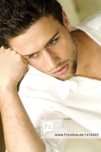Porträt eines jungen denkenden Mannes