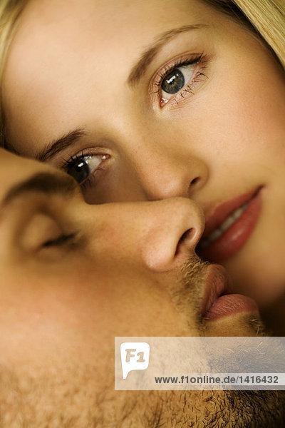 Junge Frau schaut auf den schlafenden Mann