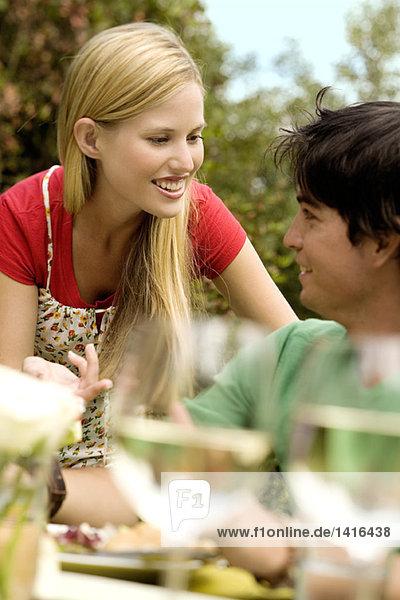 Junges Paar am Gartentisch  im Freien