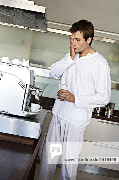 Mann in der Küche  der Kaffee zubereitet  drinnen