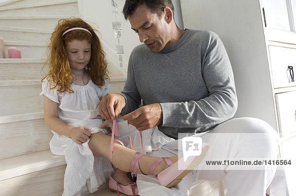 Vater und Tochter eröffnen Weihnachtsgeschenke  Mädchen im Prinzessinnenkostüm  drinnen