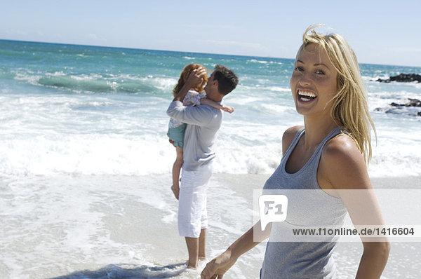 Eltern und Tochter am Strand  im Freien