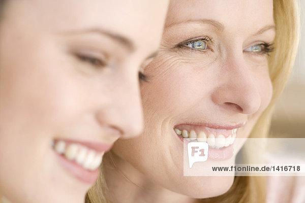 Porträt von drei lächelnden Frauen  drinnen