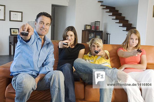 Familie beim Fernsehen  drinnen