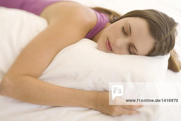Porträt einer jungen Frau liegend  schlafend  drinnen