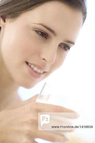 Porträt einer jungen Frau mit einem Milchglas  drinnen