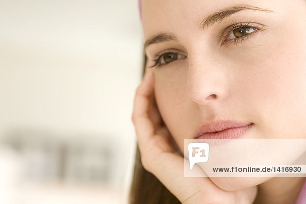 Porträt einer nachdenklichen jungen Frau  drinnen