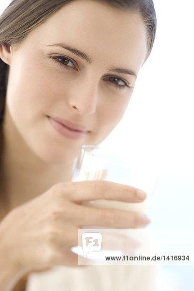 Porträt einer jungen Frau mit einem Wasserglas  drinnen