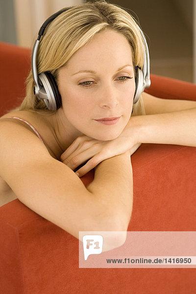 Junge Frau beim Musikhören mit Kopfhörern