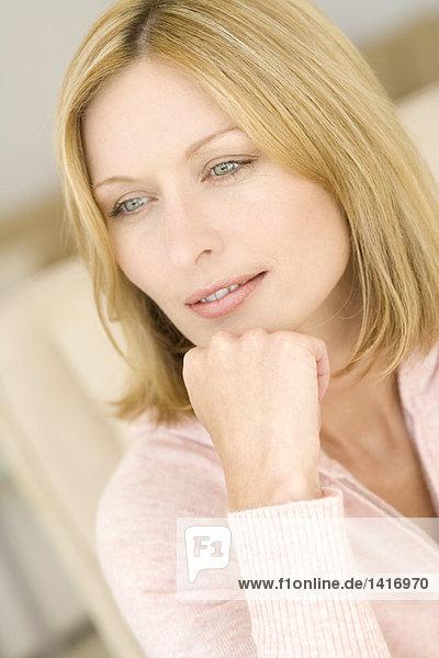 Porträt einer jungen denkenden Frau