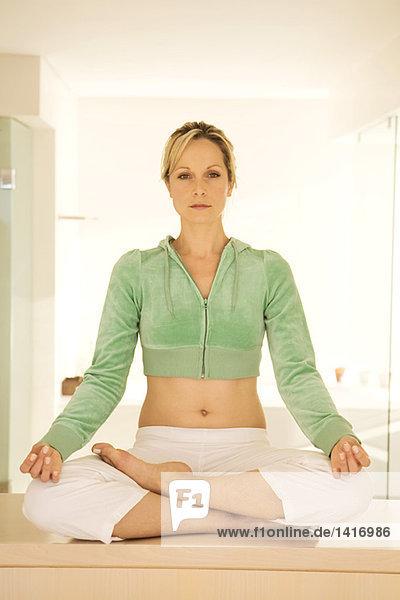 Junge Frau in Yogastellung