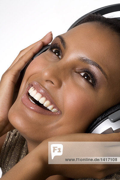 Porträt einer jungen Frau  Musik hören über Kopfhörer