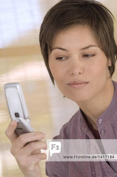 Portrait einer jungen Frau mit Handy