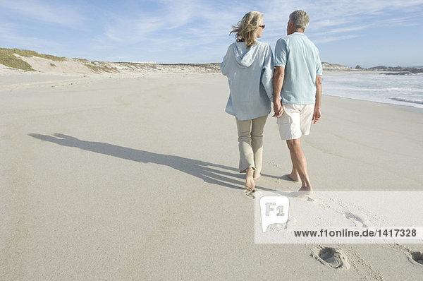 Paar Spaziergänge am Strand,  Rückansicht, Paar Spaziergänge am Strand,  Rückansicht