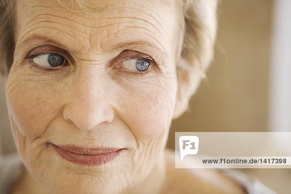 Porträt einer denkenden Seniorin