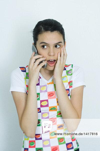Teenager-Mädchen mit Handy  überraschtes Gesicht  Porträt