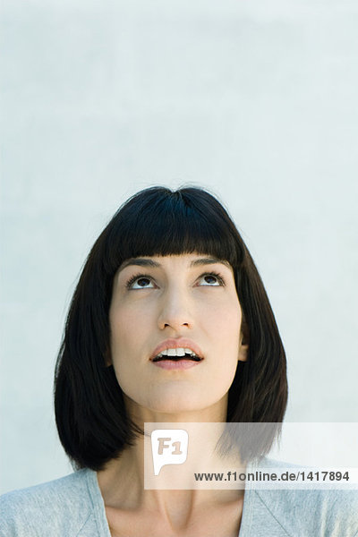 Frau schaut nach oben  Kopf und Schultern  Portrait