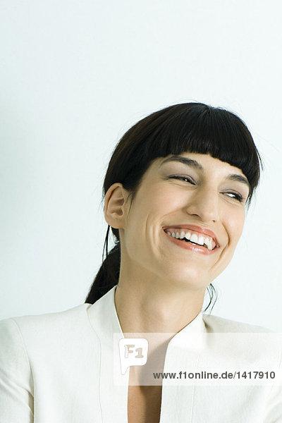 Frau lacht  Kopf und Schultern  Portrait