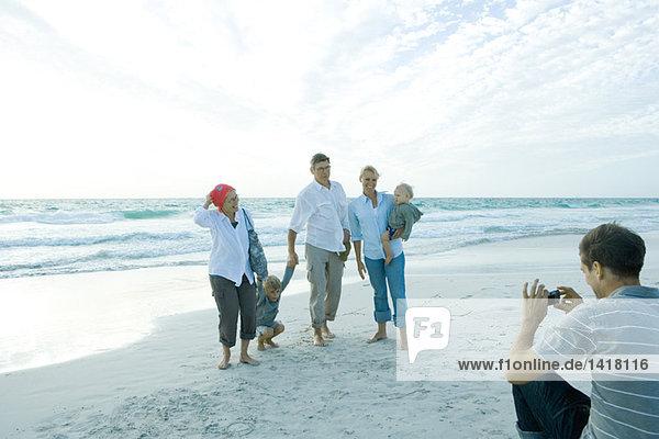 Drei Generationen Familie am Strand  mittlerer erwachsener Mann beim Gruppenfoto
