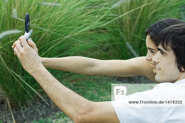 Junges Paar fotografiert sich selbst mit dem Handy