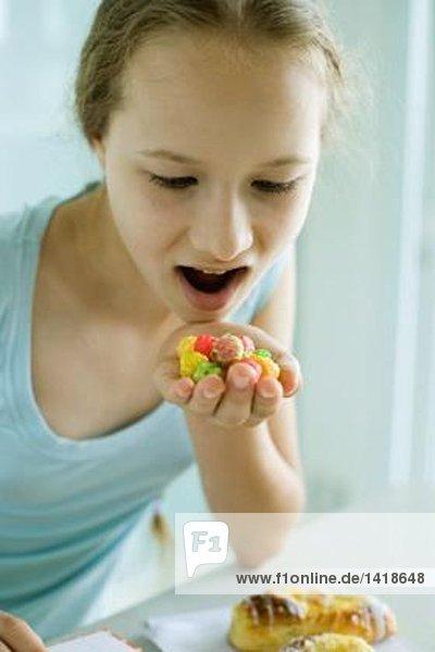 Mädchen essen Süßigkeiten