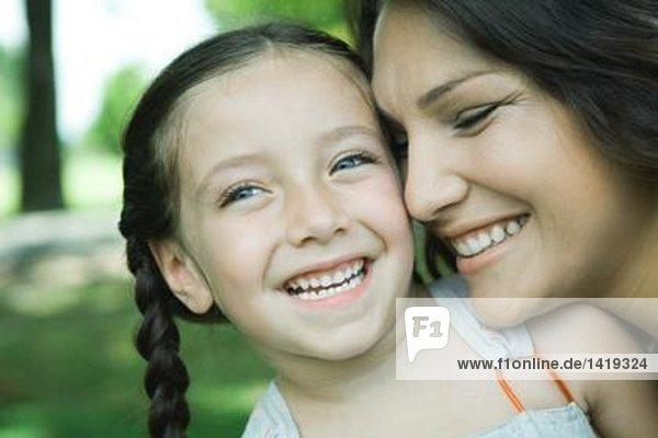 Mädchen und Mutter  lachend  Nahaufnahme