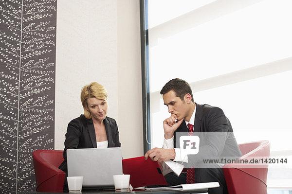 Zwei Geschäftsleute in einer Besprechung  fully_released
