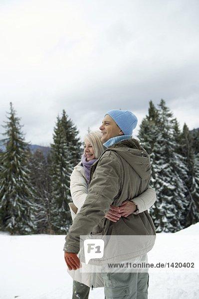 Paar umarmt sich im Schnee  fully_released