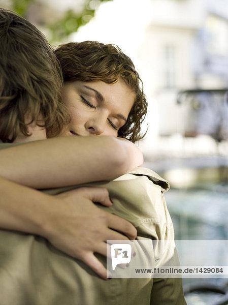 Junges Paar  umarmend