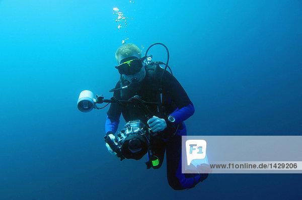 Taucher mit Unterwasserkamera  Galapagos