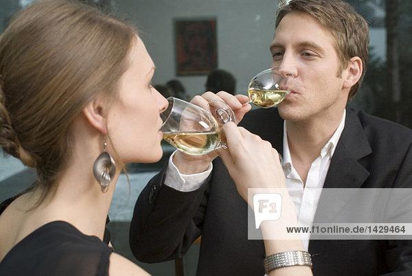 Junges Paar trinkt Weißwein