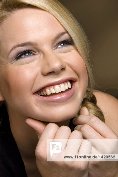 Porträt einer vor Freude strahlenden Blondine