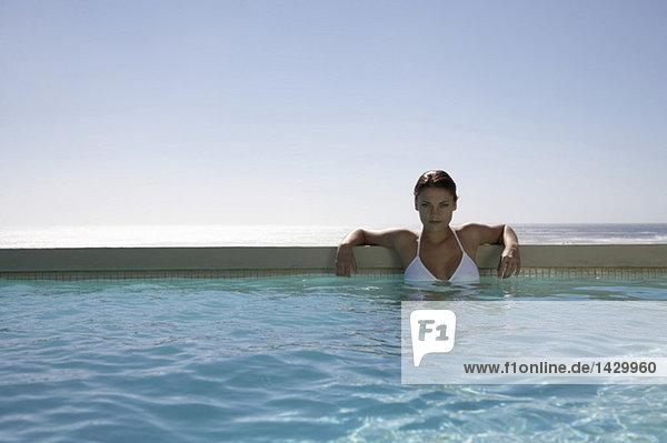 Frau im Schwimmbad  Portrait
