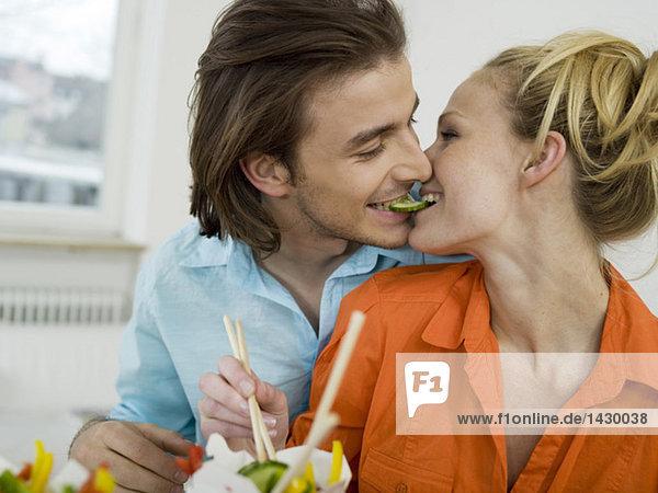 Paare teilen sich eine Gurkenscheibe