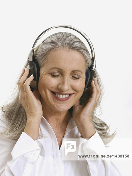 Seniorin mit Kopfhörer  Portrait