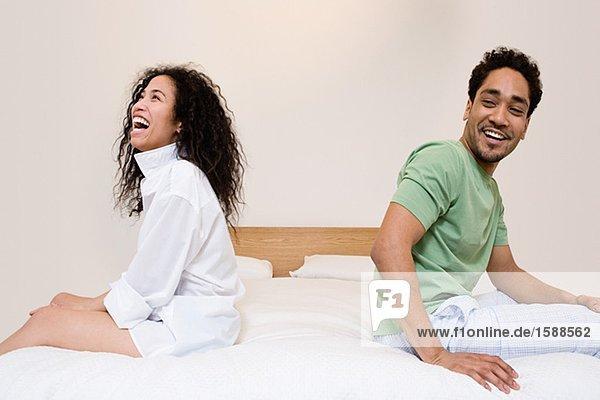 Heterosexuelles Paar lacht