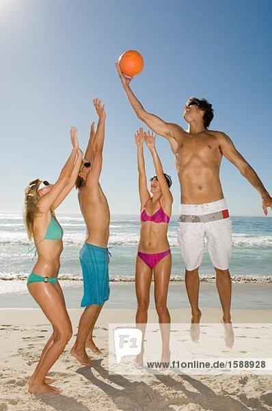 Freunde spielen Volleyball