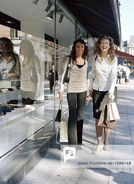 Zwei Frauen einkaufen.