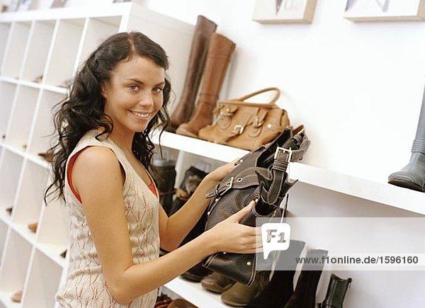A smiling Frau beim Einkauf.