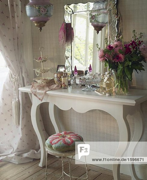 schminktisch mit parf m flaschen zubeh r und blumen lizenzfreies bild bildagentur f1online. Black Bedroom Furniture Sets. Home Design Ideas