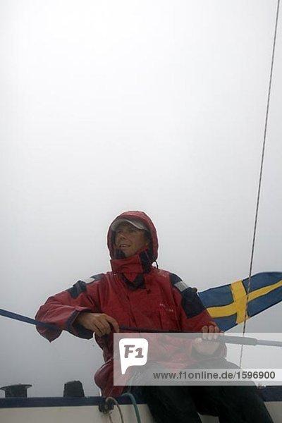 Ein Mann auf einem Segelboot.