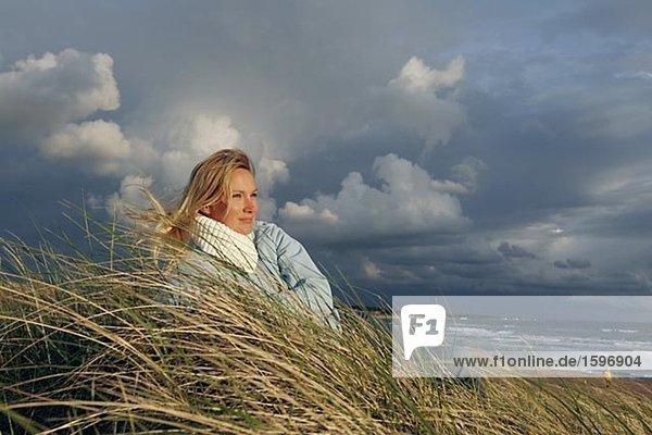 Eine Frau am Strand in einen Sturm.