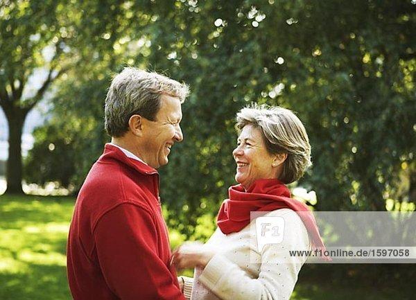 Portrait von einem Paar mittleren Alters Blick auf einander.