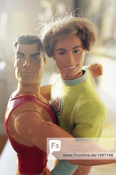 Zwei männliche Puppen umarmt.