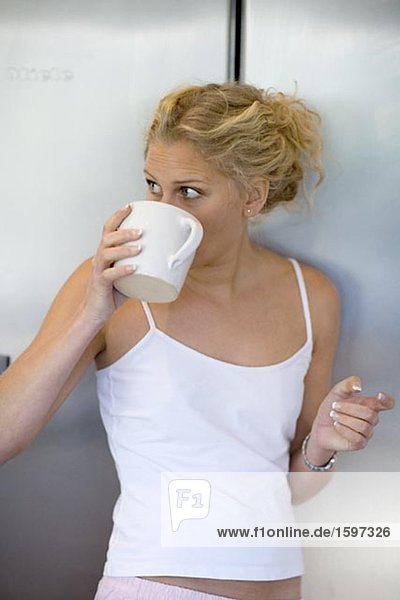 Portrait einer Frau eine Tasse Kaffee trinken.
